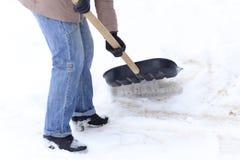 Zima jest mnóstwo śniegiem Młoda dziewczyna, czyści, dumny robić dużej łopaty pracie zdjęcia stock
