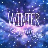 ` zima jest nadchodzącego ` śnieżnym plakatem w literowanie stylu Zdjęcia Stock