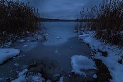 Zima jezioro po zmierzch lodowej wody Zdjęcia Royalty Free