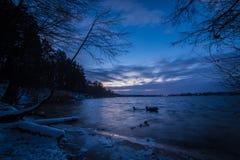 Zima jezioro po zmierzch lodowej wody Fotografia Stock