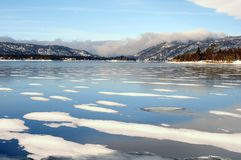 Zima jezioro Przeciw Chmurnym górom obraz stock