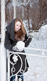 Młoda kobieta bawić się z białą piłką przędza Obrazy Royalty Free
