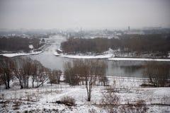Zima krajobraz śnieżyści pola, drzewa i rzeka w wczesnym mglistym ranku, obraz stock