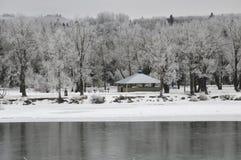 Zima krajobraz bowness park z łęk rzeką w przedpolu, Calgary, Kanada fotografia stock