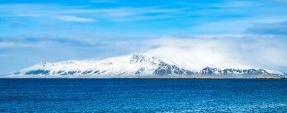 Zima krajobraz chmurnieć góry morzem Zdjęcia Stock