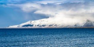 Zima krajobraz chmurnieć góry morzem Obraz Stock