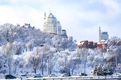 Zima krajobraz Dnipro miasto, zakrywający z śniegiem i hoarityfrost widokiem budynki, drapacze chmur i park, Obrazy Stock
