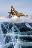 Zima krajobraz, krakingowa ziemia zamarznięty jeziorny Baikal z piękną halną wyspą na zamarzniętym jeziorze Fotografia Royalty Free