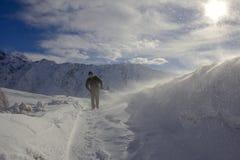 Zima krajobraz, mężczyzna odprowadzenie przez śnieżycy zdjęcia royalty free