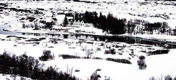 Zima krajobraz mali drewniani churchand domy przy Thingvellir Obrazy Stock