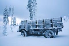Zima krajobraz marznący samochód w śniegu zakrywającym z mrozem w zimnie Zdjęcie Stock