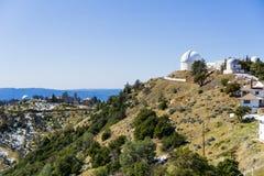 Zima krajobraz przy liźnięcie Obserwatorskim kompleksem na górze Mt Hamilton, San Jose fotografia royalty free