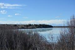 Zima krajobraz stapianie lód na jeziorze z odbiciem obraz stock