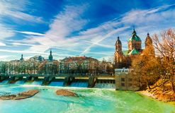 Zima krajobraz turkusowym Isar i St Anna kościół w Monachium zdjęcie stock