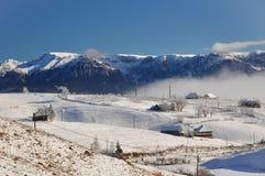 Zima krajobraz w Sirnea wiosce, Rumunia Obrazy Stock