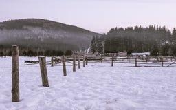 Zima krajobraz z drewnianym ogrodzeniem zdjęcia stock