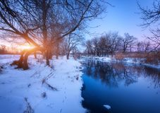 Zima krajobraz z drzewami odbijał w rzece przy zmierzchem Fotografia Stock