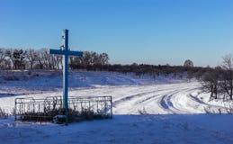 Zima krajobraz z krzyżem i śniegiem Obrazy Royalty Free