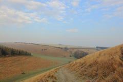 Zima krajobraz z śladem przez trawiastej doliny Zdjęcia Stock
