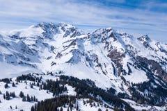 Zima krajobraz z niebieskim niebem w Austria trutniem obrazy royalty free