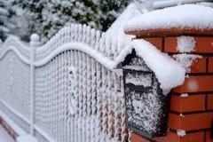 Zima krajobraz z płotowym śnieżnym listowym pudełkiem fotografia royalty free