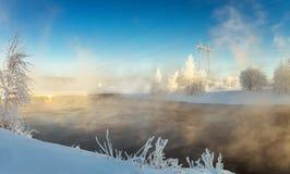 zima krajobraz z rzeką i linią energetyczną, Rosja Urals, Zdjęcia Royalty Free