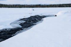 Zima krajobraz z unfrozen rzeką w rosjaninie Lapland, Kola półwysep Fotografia Stock