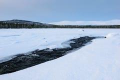 Zima krajobraz z unfrozen rzeką w rosjaninie Lapland, Kola półwysep Zdjęcia Stock