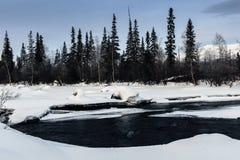 Zima krajobraz z unfrozen rzeką w rosjaninie Lapland, Kola półwysep Zdjęcie Royalty Free