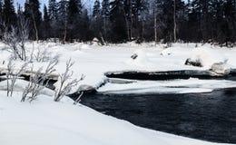 Zima krajobraz z unfrozen rzeką w rosjaninie Lapland, Kola półwysep Zdjęcie Stock