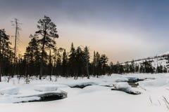 Zima krajobraz z unfrozen rzeką w rosjaninie Lapland, Kola półwysep Fotografia Royalty Free