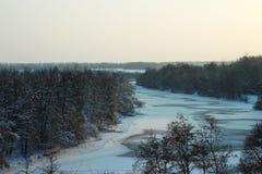 Zima krajobraz z zamarzniętą rzeką zdjęcia royalty free