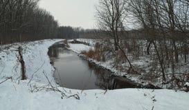 Zima krajobraz z zamarzniętym kanałem wszystko wokoło i śniegiem Zdjęcie Royalty Free