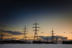 Zima krajobraz z zasilaniem elektrycznym wykłada przy zmierzchem zdjęcie stock