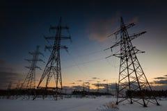Zima krajobraz z zasilaniem elektrycznym wykłada przy zmierzchem zdjęcia royalty free