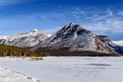 Zima krajobraz zamarznięty Jeziorny Minnewanka otaczający Zdjęcie Stock