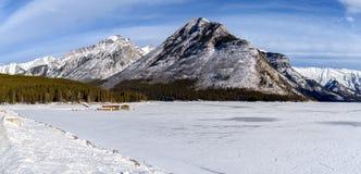 Zima krajobraz zamarznięty Jeziorny Minnewanka otaczający Obraz Stock