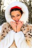 zima lasowej dziewczyny ładna zima zdjęcia stock