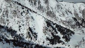 Zima lot nad śnieżnymi wzgórzami na których r świerczyna Stopniowo widok niebo w półkach wąwozie i szczytowym ope, zbiory