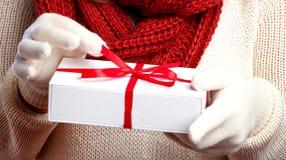 Zima, ludzie, szczęścia pojęcie i rękawiczki z dużym płatek śniegu, - kobieta w szaliku zdjęcia stock