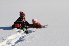 Zima: mama z dzieckiem w śniegu Zdjęcia Royalty Free