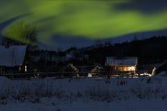 Zima Mnóstwo śnieg opóźnionego wieczór drewniany dom w niebie północni światła zdjęcia royalty free