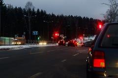 Zima, mnóstwo śnieg, zimno widok z powrotem hamulcowi światła są na samochodzie Czerwone światło na setafor Wieczór, zmrok widzii zdjęcie stock