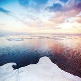 Zima nabrzeżny krajobraz z śniegiem i lodem fotografia stock