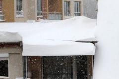 Zima Niebezpieczny śnieg spada od dachów budynki Zima z ciężkim opadem śniegu Lodowaci dachy Niebezpieczni sople nad droga obrazy stock