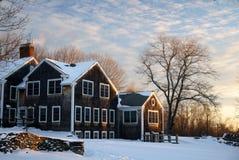 Zima: Nowa Anglia dom wiejski w śniegu Obrazy Stock
