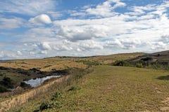 Zima obszar trawiasty Przeciw wzgórze dolinom i Błękitnemu Chmurnemu niebu Obrazy Royalty Free