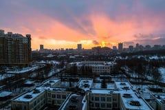 Zima ognisty świt nad miastem Panoramiczny widok nowożytny obszar zamieszkały i błogi niebo w tle fotografia stock