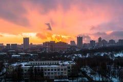 Zima ognisty świt nad miastem Panoramiczny widok nowożytny obszar zamieszkały i błogi niebo w tle zdjęcia stock