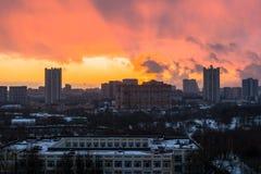 Zima ognisty świt nad miastem Panoramiczny widok nowożytny obszar zamieszkały i błogi niebo w tle obraz royalty free
